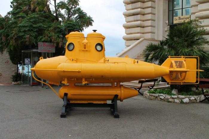 желтая подводная лодка в Монако