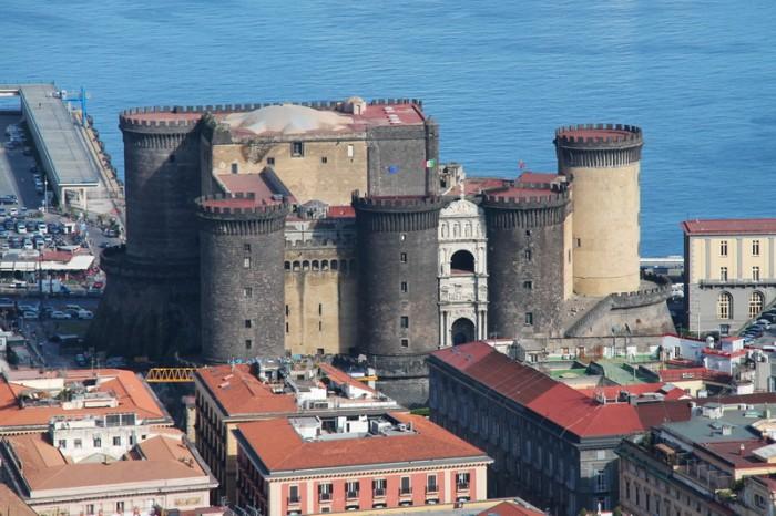 Замок Нуово в Неаполе
