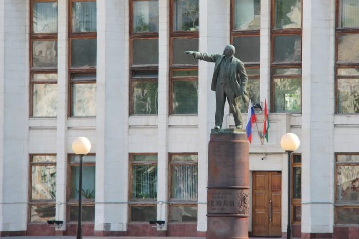 Ленин и здание администрации